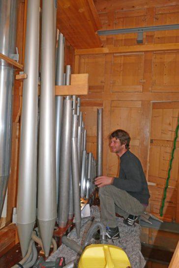 Im Pedalwerk mit Gemshornbass 16'-Pfeifen und OBM Simon Heubach beim Einbau.